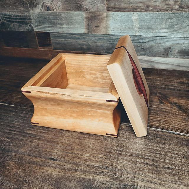 Box (cove cut with lift top)