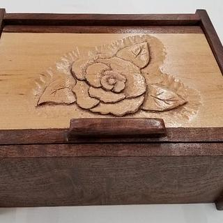 LITTLE FIGURED WALNUT BOX WITH CARVING